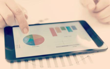 Geschäftsmann Überprüfung Statistiken auf einem Tablet-Gerät Standard-Bild - 52879880