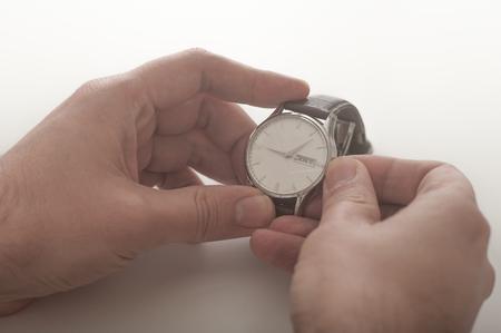 Nahaufnahme von einem Mann, der seine Armbanduhr Wicklung Standard-Bild - 52883733