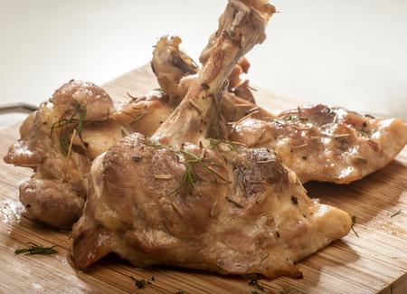 Nahaufnahme von einer Gruppe von gegrilltes Hähnchen Koteletts serviert auf einer Holzplatte. Standard-Bild - 57612855