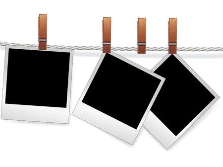 Marcos de fotos instantáneas sobre la cuerda de la chatarra. Polaroid en blanco para la imagen del álbum familiar. Elemento para el diseño.