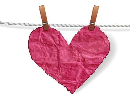 bondad: Corazón arrugado irregular unido a una cuerda con la clavija. Amor concepto de día de San Valentín.