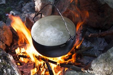 불에 냄비에 물, 관광객 뜨거운 캠프 파이어 캠핑 사진을 주전자