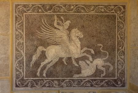 pegaso: Hombre en caballo Pegaso cacería de leones de mosaico griego en la pared en el Museo Arqueológico de Rodas en Grecia Fresco fondo de la foto