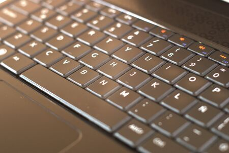 Schwarze Laptop-Computer-Tastatur hautnah. Konzept für mobile, tragbare Geräte. Weißer Hintergrund. Standard-Bild