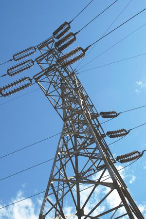Steel frame electrical pylon. Low angle shot against a blue sky. Banque d'images - 130790465