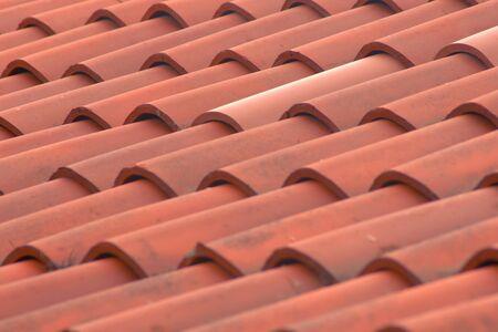 Römische Terrakottafliesen auf einem italienischen Landhaus. Detailtextur erschossen. Standard-Bild