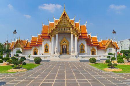 Temple de Wat Benchamabophit, situé à Bangkok, en Thaïlande, également connu sous le nom de Temple de marbre. Vue de face.