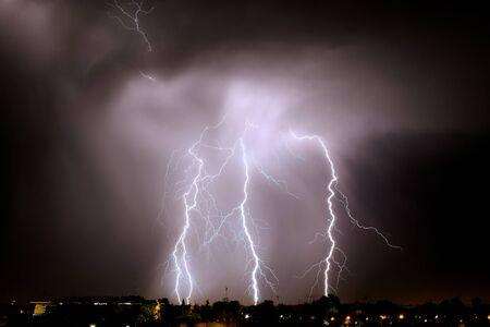La foudre frappe la nuit lors d'un violent orage sur la ville de Mendoza, en Argentine Banque d'images