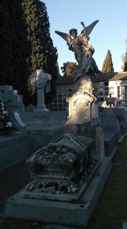 renunciation: Funerary sculpture in the cemetery of Carabanchel in Madrid Editorial