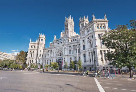 borne fontaine: MADRID, SPAIN - NOVEMBER 13: CybeleS Palace (City Hall) on November 13, 2016 at the Plaza de Cibeles in Madrid, Spain Éditoriale