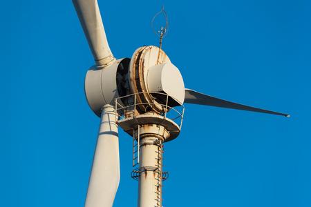 Detail van ernstige corrosie op windmolenturbine die dichtbij het overzees wordt gevestigd.