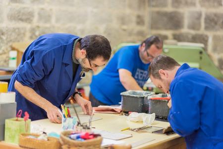 Briviesca, Spanje - 7 november 2018: Mensen met speciale behoeften of een handicap die met hun leraren werken in de werkplaats van ergotherapie