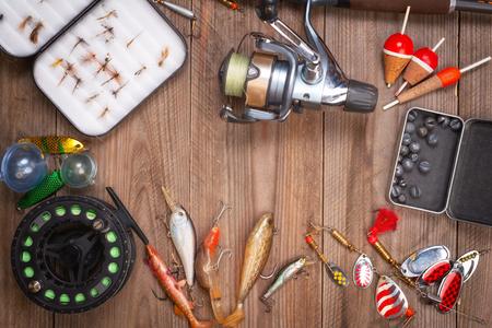 Accessori per la pesca su fondo in legno con copyspace.