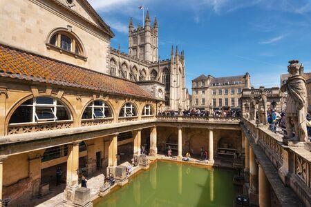 Bath, England - 13. Mai 2019: im Inneren der römischen Bäder, die eine Stätte von historischem Interesse in der Stadt Bath sind. Das Wahrzeichen ist eine gut erhaltene römische Badeanlage