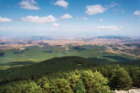 Vue sur les vertes vallées de l'Aragon depuis la montagne moncayo. Environnement naturel en saison estivale.
