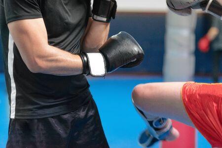 giovane combattente, allenamento kick boxing con il suo allenatore, combattimento sul ring.