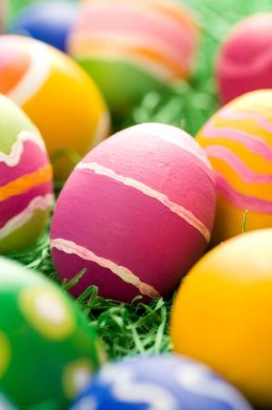 huevos de pascua: Huevo de pascua de color rosa con trazos gruesos del cepillo