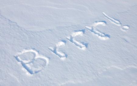 freshly fallen snow: Brrr scritto in appena caduta neve; abbondanza di spazio copia