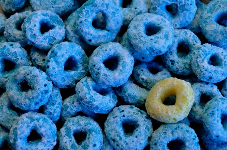 Lone Yellow Fruity Cereal with Blue Cereal Group 版權商用圖片