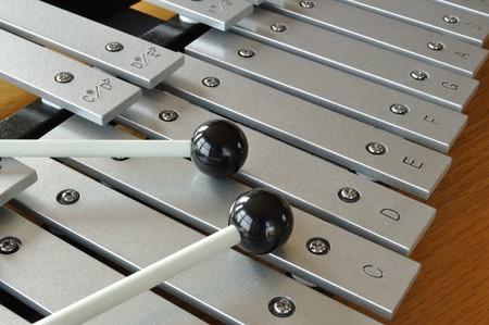 xilofono: Xylophone close-up con mazos Foto de archivo