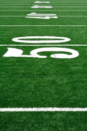 terrain de football: 50 Yard Line sur le terrain de football am�ricain, copie espace, vertical