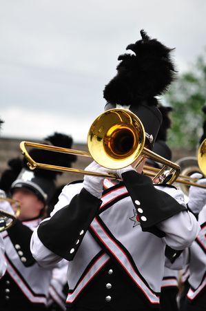 trombon: Marching Band Int�rprete Reproducci�n Tromb�n en Desfile, Copiar Espacio vertical Foto de archivo