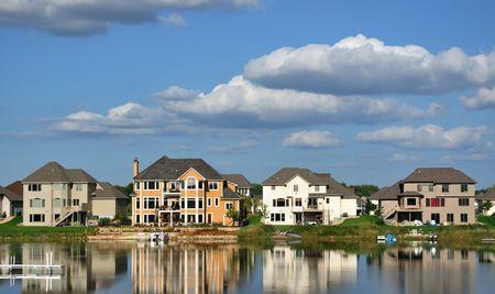 residential neighborhood: Hogar de ejecutivo de suburbano en el lago, la inmobiliaria, el espacio de la copia Foto de archivo