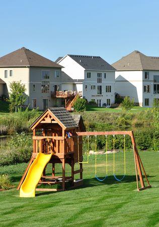Achtertuin houten Swing ingesteld op groen gazon, verticale Stockfoto