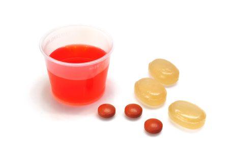 tos: Tos de jarabe, pastillas para la garganta y ibuprofeno aislados en blanco