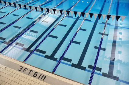 背泳ぎフラグと車線の屋内スイミング プール 写真素材