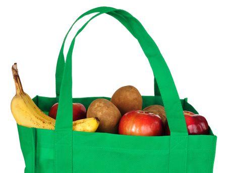 reusable: Generi alimentari in borsa verde riutilizzabile, isolato su bianco  Archivio Fotografico