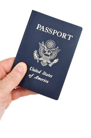 pasaportes: Mano holding de un pasaporte estadounidense aislado en blanco