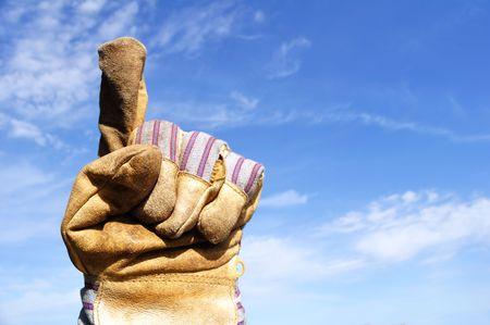 numero uno: Lavoratore che indossa il guanto di lavoro Leather dare il segno di numero uno  Archivio Fotografico