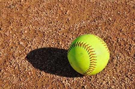 softbol: Softbol amarillo en la tierra de cuadro  Foto de archivo