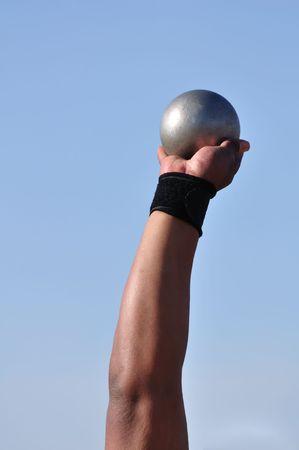 lancio del peso: Uomo di sollevamento Shot Put a un incontro di atletica Archivio Fotografico