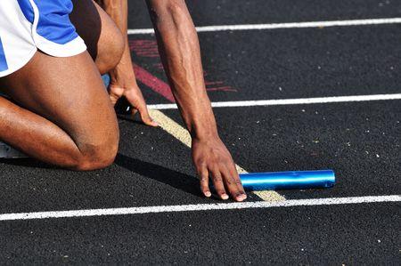 startpunt: Teen Boy in de start blokken op een track meet  Stockfoto