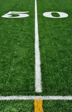 アメリカン ・ フットボール分野およびサイドラインで 50 ヤード ライン 写真素材