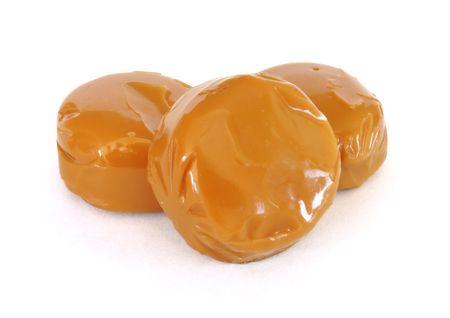Drie stukken van karamel snoep geïsoleerd op een witte achtergrond