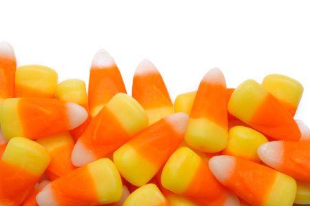 ハロウィーンのキャンディ コーンは、白で隔離されます。