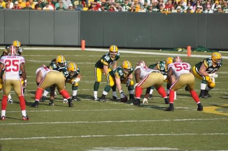 delito: GREEN BAY, WI, el 22 de noviembre de 2009: quarterback de Green Bay Packers Aaron Rodgers se prepara para tomar la instant�nea en un juego en el Lambeau Field contra los San Francisco 49ers