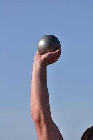 shot put: Hombre elevaci�n Shot Put en una reuni�n de atletismo  Foto de archivo
