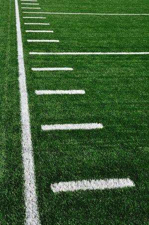 terrain foot: Dominer sur un terrain de football am�ricain avec marques de hachage  Banque d'images