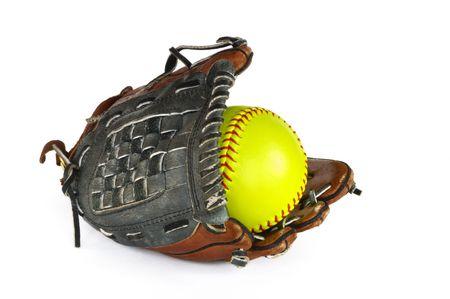 Amarillo softbol y guante aislados en blanco.  Foto de archivo