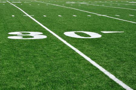 campo di calcio: 30 Yard Line sul campo di Football americano con hash  Archivio Fotografico