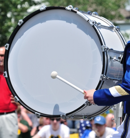 tambor: Baterista Roll un tambor bajo en desfile