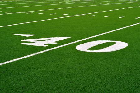 jugando al futbol: 40 Yardas de l�nea en el campo de f�tbol americano  Foto de archivo