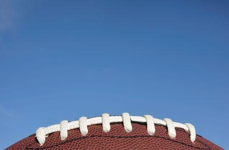 Gros plan des lacets de football américain contre un ciel dégagé Blue Banque d'images - 8098475