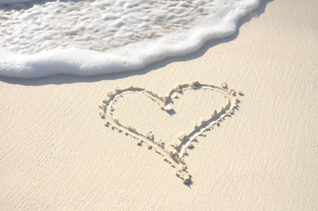 Heart Drawn in the Sand on a Beach Banco de Imagens - 9135766