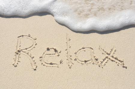 言葉リラックス、ビーチで砂で書かれました。 写真素材 - 9177425