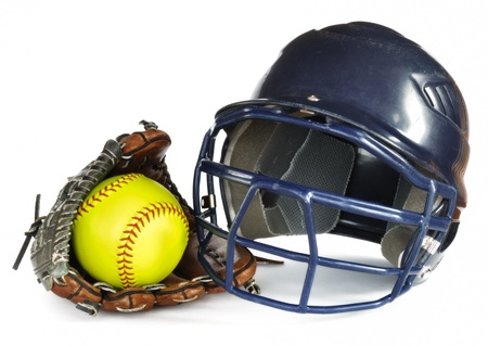 softbol: Casco amarillo de softbol y guante aislados en blanco